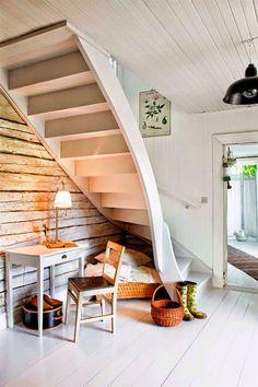 Kauniisti kaartuvat portaat pieneen tilaan.
