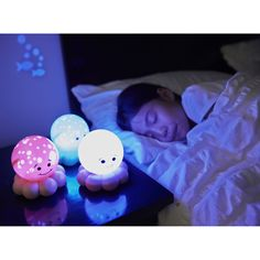 La veilleuse Twinkles To Go Octo de la marque Cloud B. projette des étoiles et des petits poissons en trois couleurs apaisantes pour favoriser l'endormissement paisible des tout-petits.