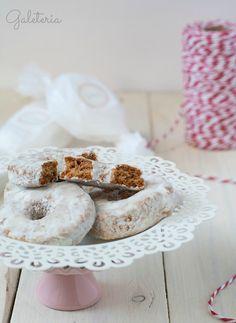 Roscos de vino | Galeteria: recetas de cocina Christmas 2017, Christmas Time, Cinnamon Cookies, Cookie Flavors, Spanish Dishes, Small Cake, Brownie Cookies, Powdered Sugar, Doughnut
