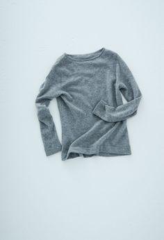 ガーゼボートネックセーター – short finger / CA & Co.  Tシャツのような、カジュアルに着ることのできるセーターを作りました。ガーゼのように薄くて透け感のある編み地で、とても軽くて着心地は快適。空気を含む編み地のため、薄いですがとてもあたたか。カシミヤの繊維はウールの繊維よりも細いので肌触りが心地よく、素肌に着ていただくのもおすすめです。  ¥24,840 (税込)  #カシミヤ #cashmere #knit #ニット #セーター