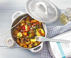 Salat mit gebratenen Kartoffeln, Oliven, Kapern und getrockneten Tomaten