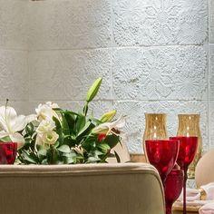 Detalhe do nosso Revestimento Memorare ao fundo projeto de Ginany Gosson para Casa Cor RN  #revestimento #cimenticio #concreto #interiordesign #instadecor #interiores #concretetiles #cementtiles #parede #walldecor #decor #maski #concrete #handmade #tile #covering #renda #tricô #crocheting #suvinil #surfaces #3dsurface #tile #covering #Picoftheday #instadesign #architecture