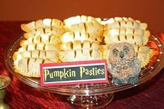 "I got Pumpkin Pasties! Which ""Harry Potter"" Sweet Should You Eat This Halloween? Harry Potter Treats, Harry Potter Pumpkin, Harry Potter Food, Harry Potter Birthday, Delicous Desserts, Pumpkin Pasties, Butterbeer Recipe, Pumpkin Delight, Pumpkin Recipes"