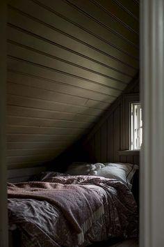 Keltainen talo rannalla: Tunnelmallisia ja kauniita koteja Home Bedroom, Diy Bedroom Decor, Bedrooms, Student Bedroom, Sweden House, Small Tiny House, New England Homes, Nordic Home, Spring Home