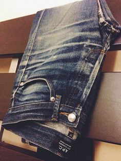 Nicely worn & faded pair of APC selvedge jeans from APC. #rawdenim #selvedge #selvedgedenim ⓀⒾⓃⒼⓈⓉⓊⒹⒾⓄⓌⓄⓇⓀⓈ