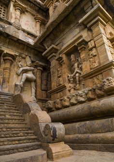 Rock Cut Carvings And A Carved Staircase At The Entrance Of The Brihadishwara Temple, Gangaikondacholapuram, India Indian Temple Architecture, India Architecture, Ancient Architecture, Beautiful Architecture, Gothic Architecture, Temple India, Hindu Temple, Ancient Indian Art, Ancient Ruins