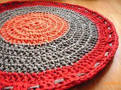 Alfombra combinando varios colores. Diámetro 60 cm