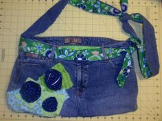 Jean Purse With Floral Accent Fabric 25 Recycled Denim Purses and Bags Tutorials Made From Jeans Diy Jeans, Jeans Fit, Lined Jeans, Jeans Denim, Reuse Jeans, Jeans Pants, Blue Jean Purses, Denim Purse, Denim Crafts