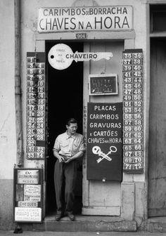 O German Lorca fotografou o desvairamento da Pauliceia | VICE | Brasil. Chaveiro, 1954. Foto: German Lorca