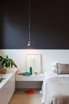 Makuuhuoneeseen on tuotu syvyyttä Harmony-sisustusmaalilla, sävyt musta S488 ja valkoinen F484 #asuntomessut #tikkurila #harmony #harmaa #makuuhuone #trendit #efektiseinä #maalausidea #lato #sisämaalaus