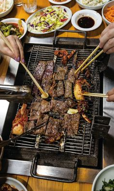 Kalbi (Korean Grilled Beef Ribs) WE ALSO RECOMMEND Tandoori Champ (Indian Lamb Ribs) Pineapple juice sweetens and tenderizes beef short ribs in this classic Korean grilled dish. Ask your butcher for bone-in short ribs cut in half crosswise. Grilled Beef Ribs, Bbq Beef Ribs, Beef Ribs Recipe, Kalbi Recipe, Marinated Steak, Bbq Meat, Grilled Chicken, Rib Recipes, Grilling Recipes