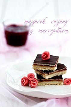 królewski.. Połączenie konfitury różanej, marcepanu i czekolady - czy to może brzmieć lepiej? Mazurek jest niesłychanie prosty w wykonaniu, ...