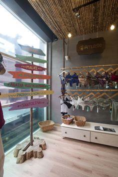 Espacios Comerciales. Tienda de trajes de baño y equipo para surf.