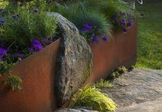 bordure de jardin : idée en métal avec effet rouillé