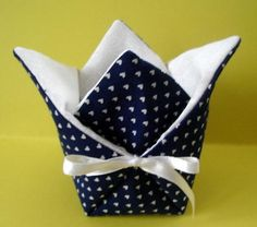 Comment faire un petit vide – poche Fabric Crafts, Sewing Crafts, Sewing Projects, Projects To Try, Sewing Online, Fabric Boxes, Creation Couture, Couture Sewing, Tissue Box Covers