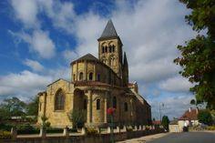 l'église de Saint-Menoux dans l'Allier possède un narthex du Xe siècle, partie la plus ancienne de l'édifice. Le roman bourguignon est dans le chœur de l'édifice à son apogée. En effet, pilastres cannelés, chapiteaux corinthiens... sont ici omniprésents. L'étagement des toitures du chevet rappelle lui les églises romanes majeures auvergnates. Le chevet mélange donc les influences bourguignonnes, au point de vue de la décoration, et les influences auvergnates, au niveau de l'architecture.
