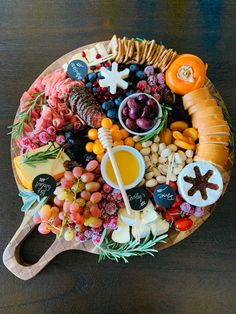 Cheese Platter Board, Cheese Boards, Cheese Platters, Charcuterie Food, Charcuterie And Cheese Board, Party Food Platters, Party Trays, Bento Recipes, Healthy Recipes