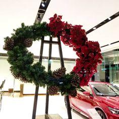 Christmas Wreaths, Window, Display, Holiday Decor, Home Decor, Floor Space, Decoration Home, Billboard, Room Decor