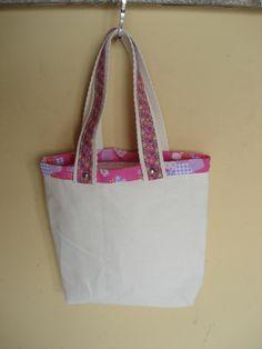 https://flic.kr/p/bo91Jk   Tote Bag - Bolsa 0003 - D   Costas da bolsa. Tote bag confeccionada em Lona e forrada com tecido 100% algodão . Pintada .  Medidas: 26x27x5 cm