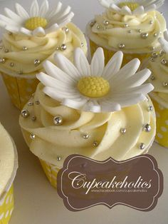 ~ Pretty Daisy Cupcakes ~ There's daisy on top of it. Daisy Cupcakes, Cupcakes Flores, Pretty Cupcakes, Beautiful Cupcakes, Yummy Cupcakes, Wedding Cupcakes, Cupcake Cookies, Easter Cupcakes, Fondant Flower Cupcakes