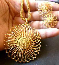 Gold Earrings Designs, Gold Jewellery Design, Necklace Designs, Gold Jewelry, Jhumka Designs, Gold Pendant Necklace, Pendant Jewelry, Gold Locket, Indian Wedding Jewelry