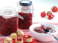 Geleia de frutas sem açúcar. GELEIA DE MORANGO (rendimento 250 ml): Ingredientes: 300 gr de morangos picados e lavados; 01 colher de sopa de pectina em pó ou 03 colheres de sopa de pectina caseira; 01 colher de sopa de adoçante em pó; ½ colher de sopa de suco de limão;