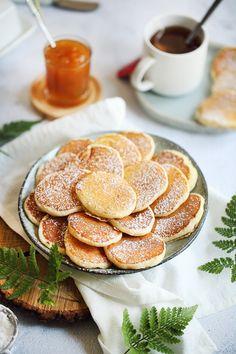Les Poffertjes, des crêpes néerlandaises, à mi-chemin entre le pancake et le blinis. Un vrai régal ! Crepes, Sweet Breakfast, Pancakes, Food Photo, Camembert Cheese, Tea Time, Biscuits, Tasty, Cookies