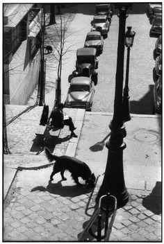 Montmartre, Paris, 1958 by Henri Cartier-Bresson Candid Photography, Urban Photography, Vintage Photography, Street Photography, Minimalist Photography, Color Photography, Robert Doisneau, Magnum Photos, Old Photos
