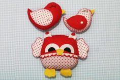Kit Corujinha e pássaros    Confeccionados em feltro, tecido e enchimento siliconado.    Pode ser feita em outras cores e tecidos. O tempo de produção pode variar de acordo com a quantidade solicitada. Consulte-nos.    Vai embalada em saquinho de celofane e lacinho de fita.    Medidas:    Coruja: 10cm  Pássaro vermelho: 9 cm  Pássaro de poa: 7 cm
