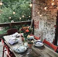 how I am going to make my outdoor patio look like at my future home! Outdoor Dining, Outdoor Spaces, Outdoor Decor, Patio Dining, Dining Area, Uo Home, Patio Lighting, Lighting Ideas, Home And Deco
