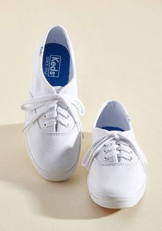 Skip the sky-high platforms, and kick your day off with the classic cool that can only come from these basic white Keds! A brilliant wear to bop around in. White Keds Outfit, Keds Shoes Outfit, Vintage Sneakers, Vintage Shoes, Taylor Swift Outfits, Vintage Band Tees, Keds Champion, Sky High, Comfortable Outfits