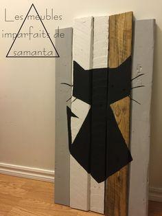 DIY Cadre décoratif fabriqué en bois de palette. Représentation simpliste d'un chat peinturé à la main.