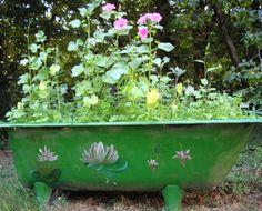 Grande jardinière dans une ancienne baignoire, . On peut également détourner la baignoire, ancienne ou moderne, en mini potager et y faire pousser des radis, des salades, etc.