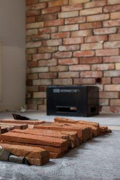 Eine uralte Backsteinwand in einem neuen Haus - so geht´s! - HEIMATBAUM Brick Tile Backsplash, Brick Tiles, Office Wall Design, Office Walls, Wall Finishes, Living Styles, Bathroom Renos, Siena, Wall Wallpaper