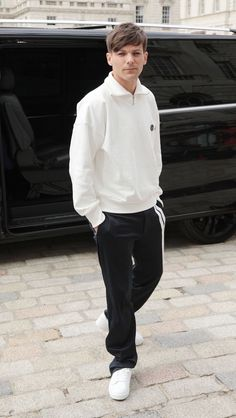 louis tomlinson is a famous model. harry styles is a famous singer. louis is openly gay. One Direction Fotos, Four One Direction, One Direction Pictures, Direction Quotes, Zayn Malik, Niall Horan, Luis Tomlinson, Louis And Harry, Sassy Louis