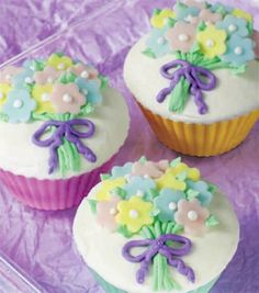 Learn how to decorate cupcakes! Try this beautiful bouquet cupcakes #livelovebake