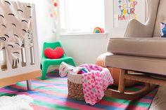 Un panier en rotin avec des couvertures pour la chambre bébé