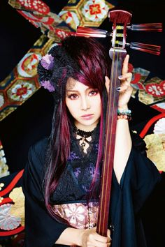 Beni from Wagakki Band she plays the tsugaru shamisen