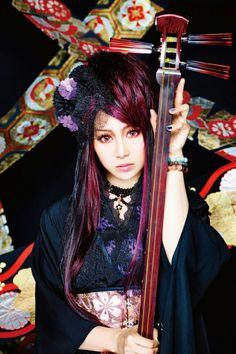 Beni from Wagakki Band she plays the tsugaru shamisen