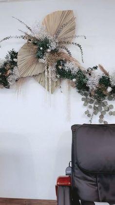 Hanging Flower Arrangements, Floral Arrangements, Dried Flower Bouquet, Dried Flowers, Diy Wedding Decorations, Flower Decorations, Flower Box Gift, Flower Installation, Giant Paper Flowers