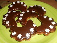 Vypracujeme těsto, které necháme odležet. Vykrajujeme obláčky, nebo jiné tvary, které pečeme ve vyhřáté troubě.Slepujeme pikantní marmeládou,... Gingerbread Cookies, Pancakes, Pudding, Breakfast, Recipes, Food, Hampers, Gingerbread Cupcakes, Morning Coffee