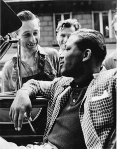 Passers-by speak to US boxer Sugar Ray Robinson. Sugar Ray Robinson, Boxing History, Boxing Champions, Become A Photographer, Rare Images, Star Wars, Boxing News, London Life, Photojournalism