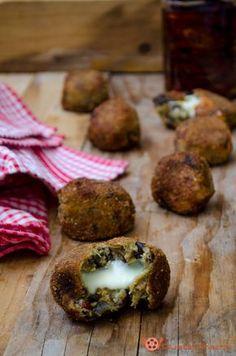 Eggplant meatballs | #polpette di #melanzane e pomodori secchi dal cuore filante sono un #fingerfood sfizioso e saporito. Assolutamente da provare!