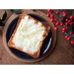 Instagramで「fujifab12」さんが紹介したトーストが、まさに悪魔的な魅力だと評判なんです。砂糖が溶けてカリッと飴状になり、チーズはとろりとパンに染み込むのだとか。一度食べてしまったら、もう普通のトーストには戻れないかも!?