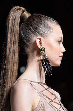 Красивые прически хвост 2018-2019 года: фото, идеи, тренды и примеры прически на основе хвоста. Модный «конский хвост», объемный хвост, вечерняя прическа хвост, высокий хвост на прямые длинные волосы, низкий хвост.