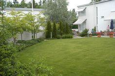 Tässäkin reunalla istutuksia ja nurmikko keskellä.