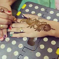 Pin by Crush with henna on Mehndi in motion ( videos) Finger Henna Designs, Simple Arabic Mehndi Designs, Mehndi Designs For Beginners, Modern Mehndi Designs, Mehndi Design Pictures, Bridal Henna Designs, Mehndi Designs For Fingers, Henna Designs Easy, Beautiful Henna Designs