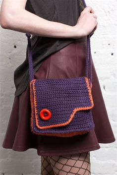 I love this crochet bag! The simple edging in a contrasting color is perfect. Ska Mini Bag