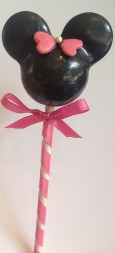 Minnie Mouse Cake Pops:  I love that they used hearts to make the ribbon, I would never have thought of that :)