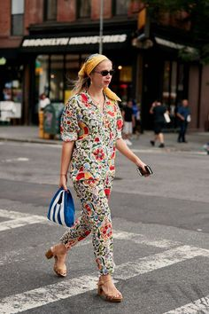 See the Latest Street Style From New York Fashion Week New York Street Style, Street Style Trends, Spring Street Style, Street Style Looks, Street Styles, Summer Street, Spring Style, Bandana, Printemps Street Style